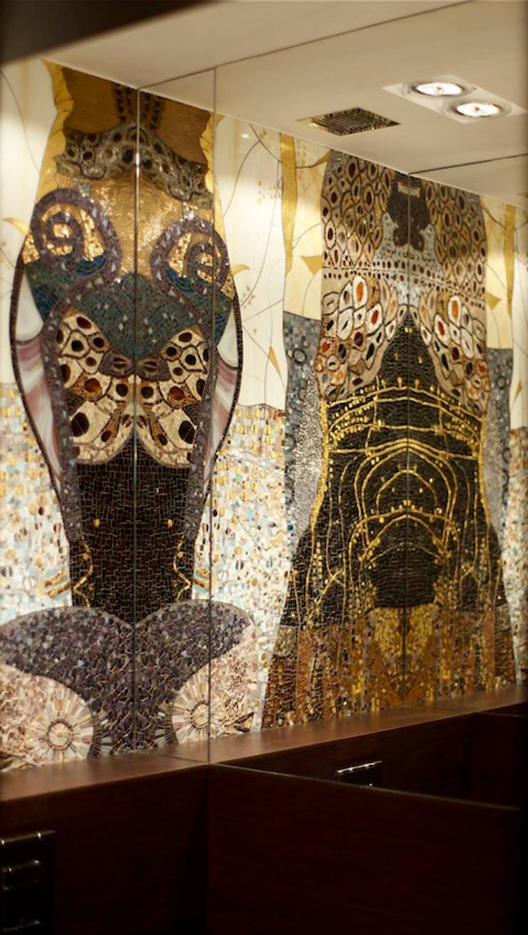 """Mozaika szklana, interpretacja """"Wodnic"""" Gustawa Klimta: styl , w kategorii Łazienka zaprojektowany przez Pracownia Mozaiki M"""
