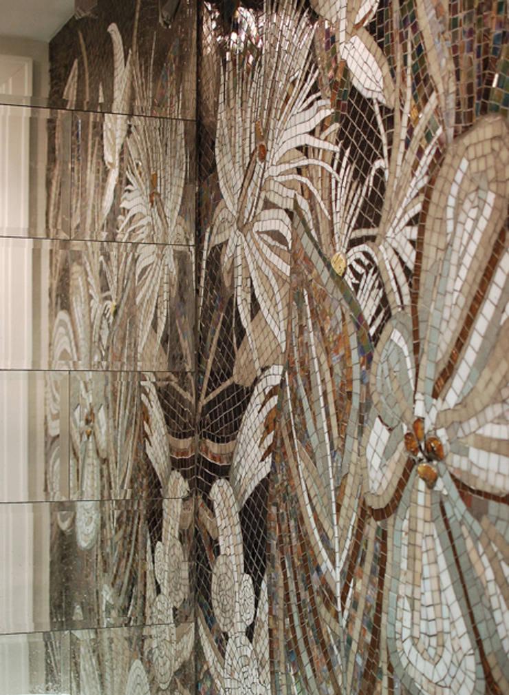 """""""Kwiaty"""" zainspirowane mozaiką SICIS.: styl , w kategorii Łazienka zaprojektowany przez Pracownia Mozaiki M"""