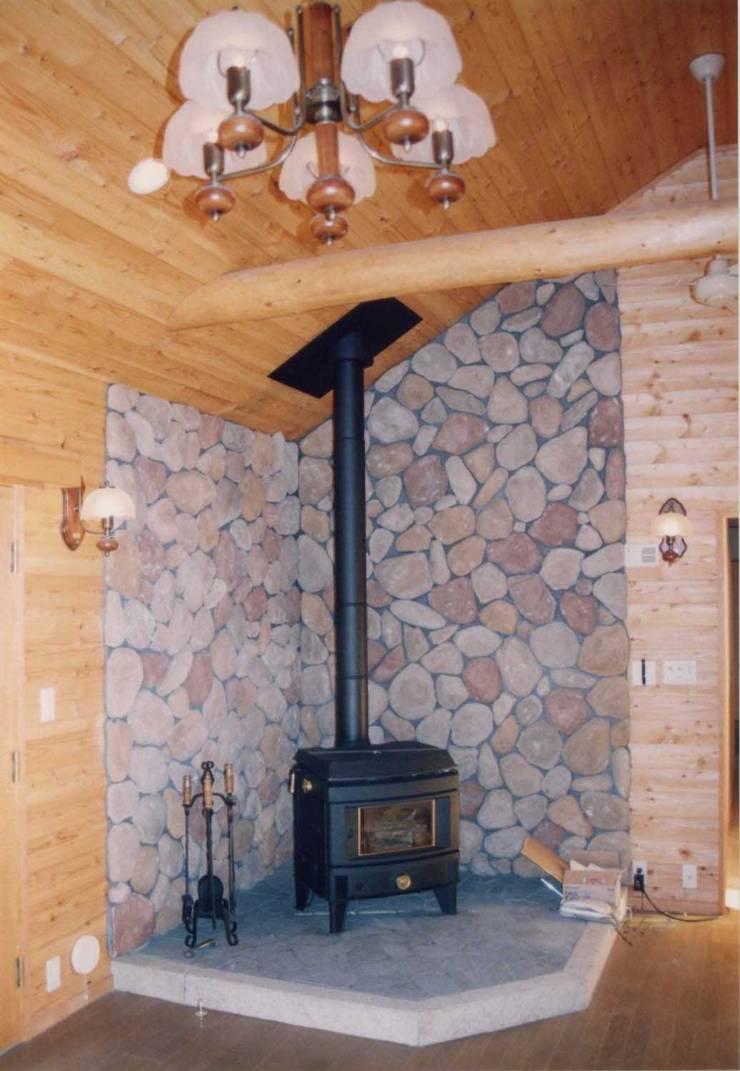 暖炉スペース: (有)岳建築設計が手掛けたリビングです。