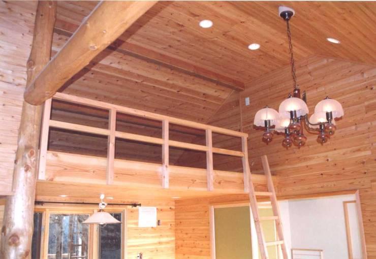 リビングのロフト、高低差のある勾配天井: (有)岳建築設計が手掛けたリビングです。