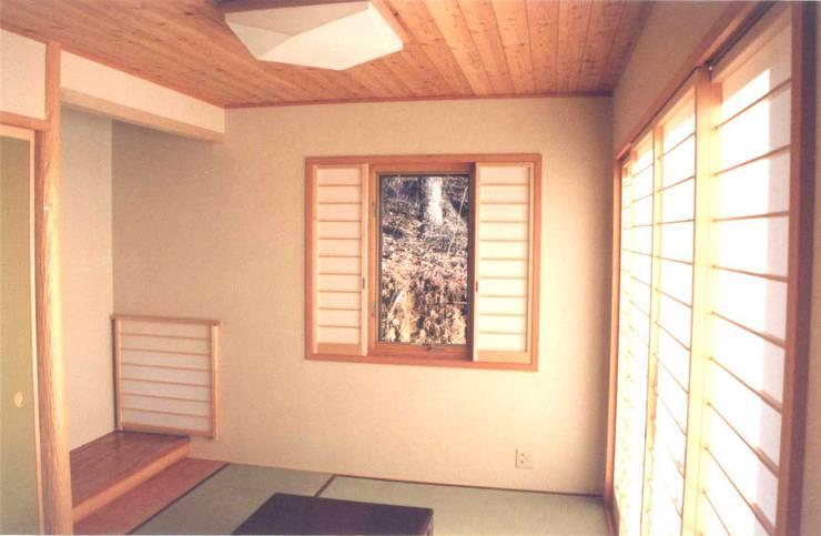 和室の引き分け障子: (有)岳建築設計が手掛けた窓です。