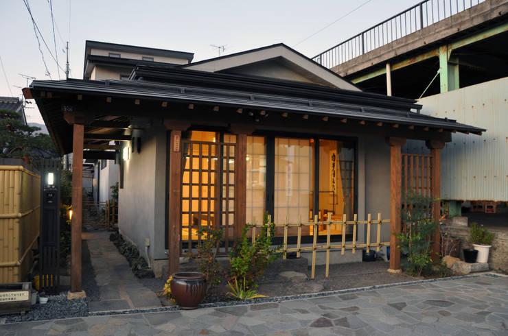 茶室のファサード: (有)岳建築設計が手掛けた家です。