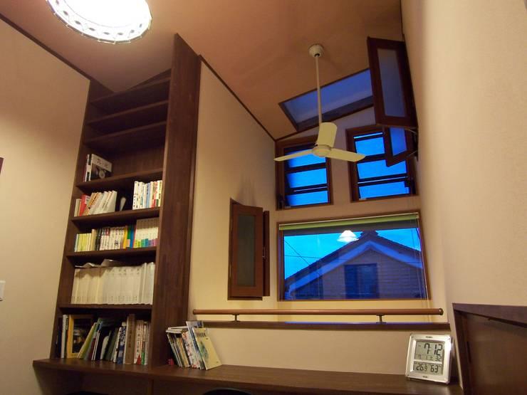 書斎スペースと吹抜: (有)岳建築設計が手掛けた書斎です。