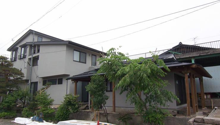 外観塗り壁: (有)岳建築設計が手掛けた家です。
