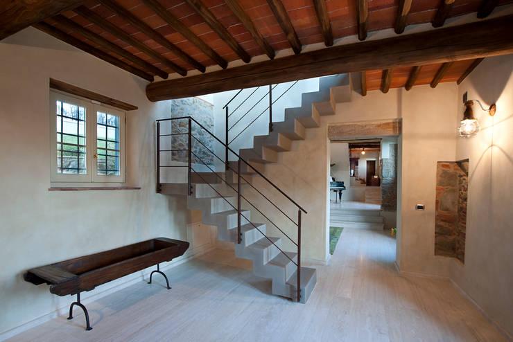 Pasillos y recibidores de estilo  por marco bonucci fotografo