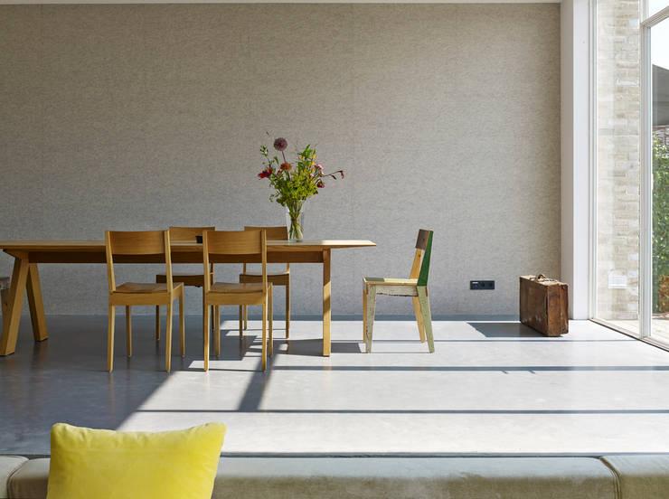 eetkamer aan het terras: minimalistische Huizen door office winhov