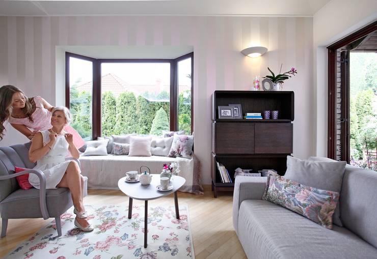 SiSi - regał i stolik, Piu - fotel, poduszki Nap, Dream, Duke: styl , w kategorii Salon zaprojektowany przez Swarzędz Home