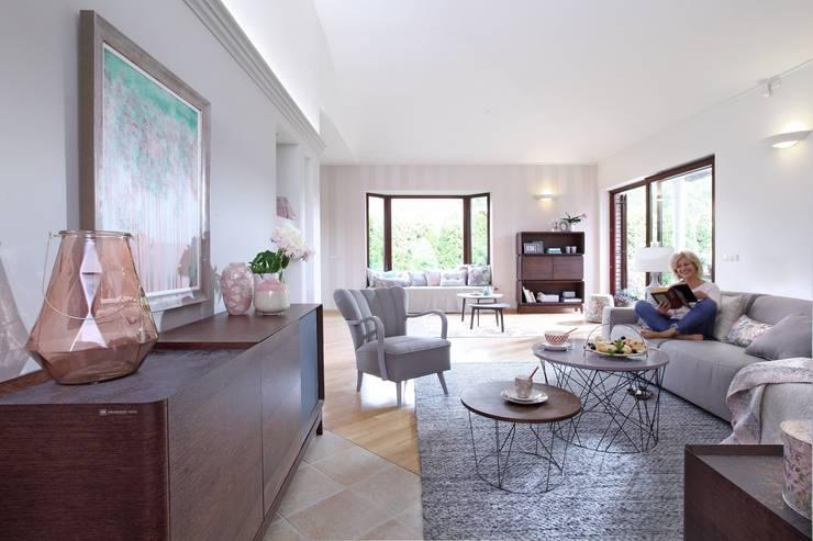 SiSi - regał i kredens, Piu - fotel, Fil - stoliki kawowe z drutu, sofa Natuzzi: styl , w kategorii Salon zaprojektowany przez Swarzędz Home