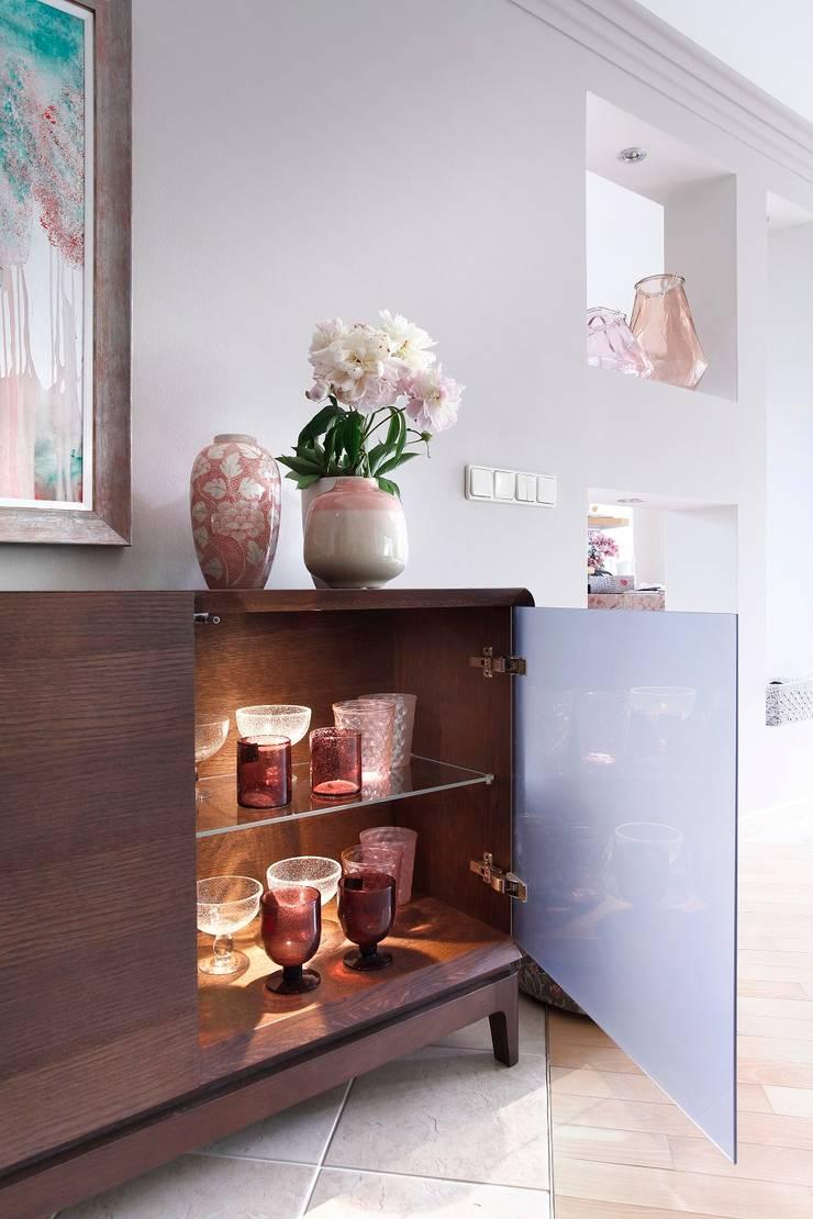 SiSi dąb chocolate design  Marcin Konicki: styl , w kategorii Salon zaprojektowany przez Swarzędz Home