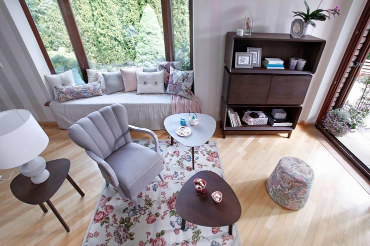 Fotel Piu, stoliki  i regał Sisi, Puff, poduszki Nap i Duke: styl , w kategorii Salon zaprojektowany przez Swarzędz Home
