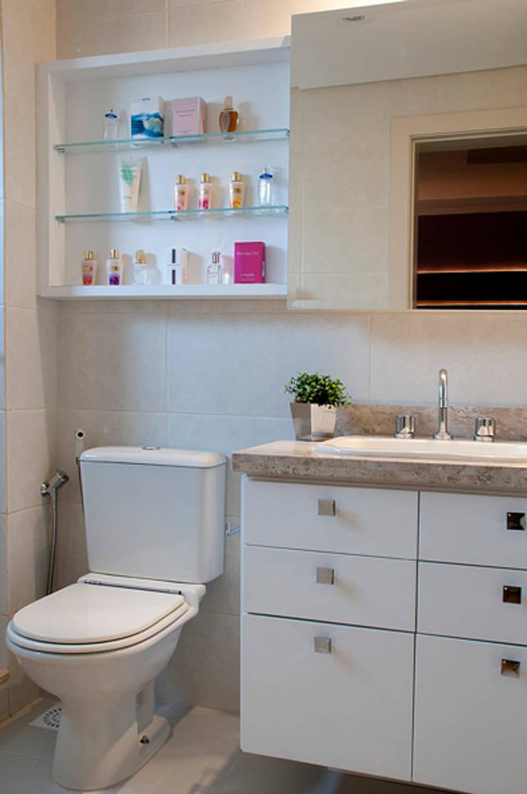 Suíte Casal Apartamento 2: Banheiros  por Angela Ognibeni Arquitetura e Interiores