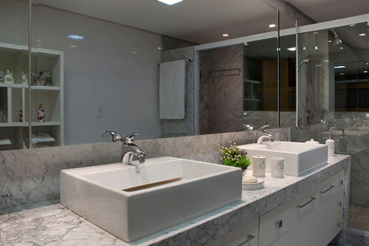 Banho Suíte Casal Apartamento 1: Banheiros  por Angela Ognibeni Arquitetura e Interiores