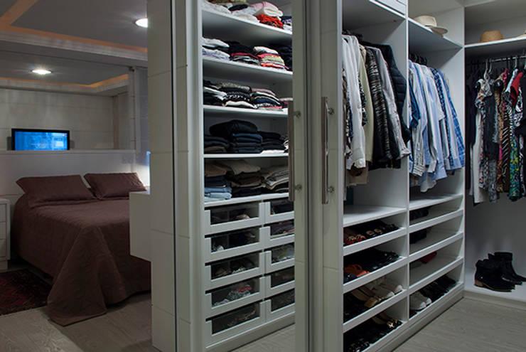 غرفة الملابس تنفيذ Angela Ognibeni Arquitetura e Interiores