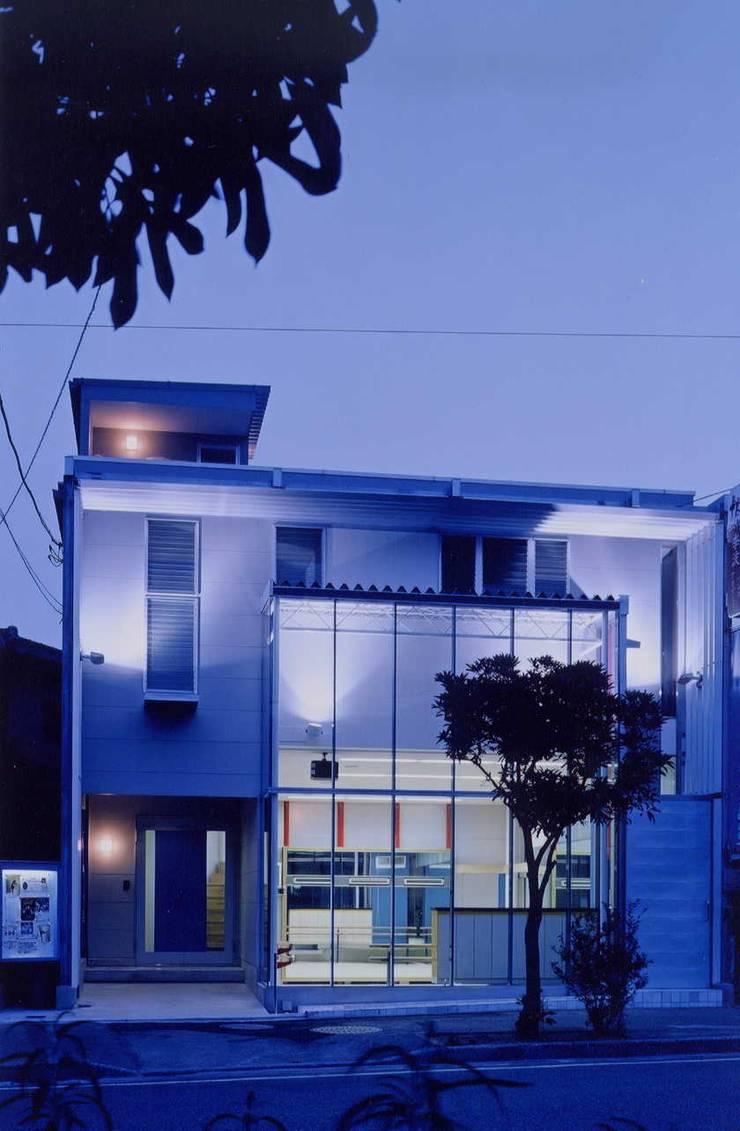 外観 モダンな 家 の 有限会社加々美明建築設計室 モダン セラミック