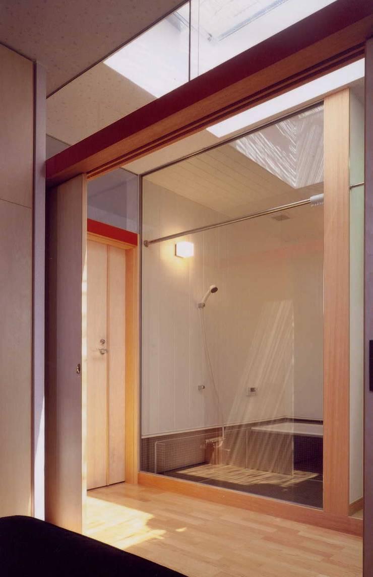 住宅浴室 モダンスタイルの お風呂 の 有限会社加々美明建築設計室 モダン