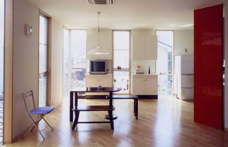 住宅 ダイニングキッチン モダンデザインの ダイニング の 有限会社加々美明建築設計室 モダン