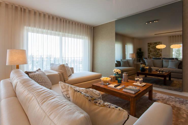 Sala Comum_televisão desligada: Salas de estar  por Traço Magenta - Design de Interiores