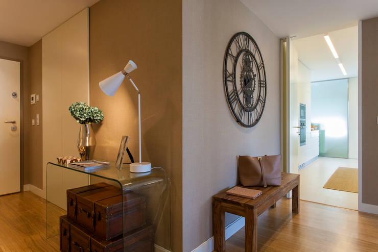 Corridor & hallway by Traço Magenta - Design de Interiores