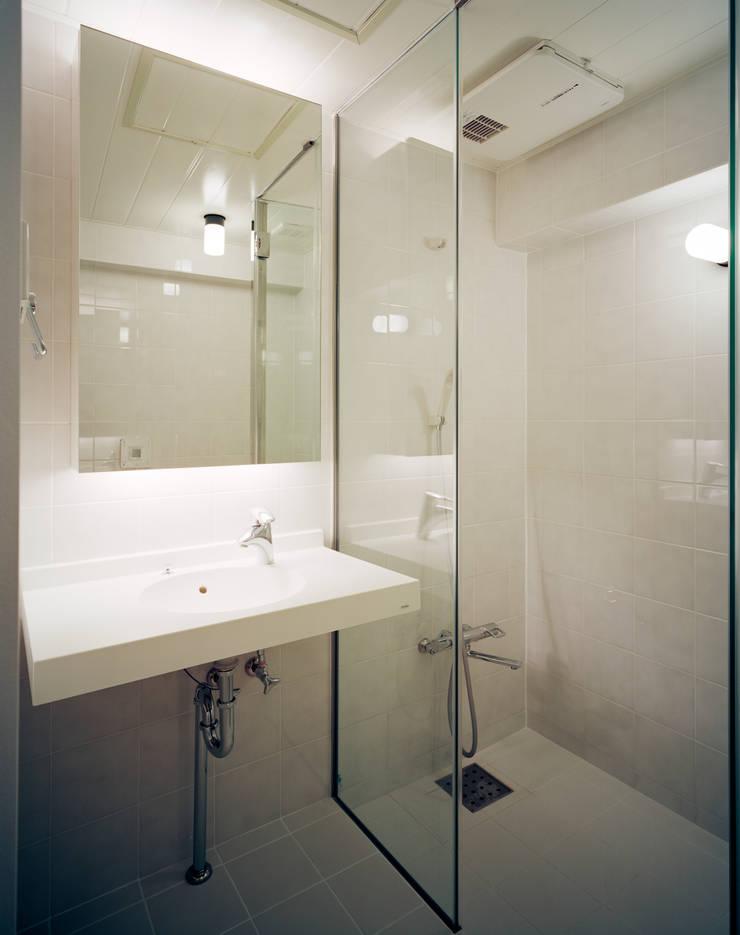 Baños de estilo  de 片岡直樹設備設計一級建築士事務所, Moderno