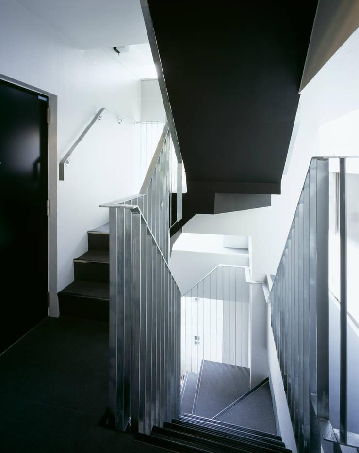 プラザレジデンス8: 片岡直樹設備設計一級建築士事務所が手掛けた廊下 & 玄関です。,モダン