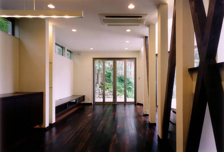 ダイニングからリビングを見る: 豊田空間デザイン室 一級建築士事務所が手掛けたリビングです。