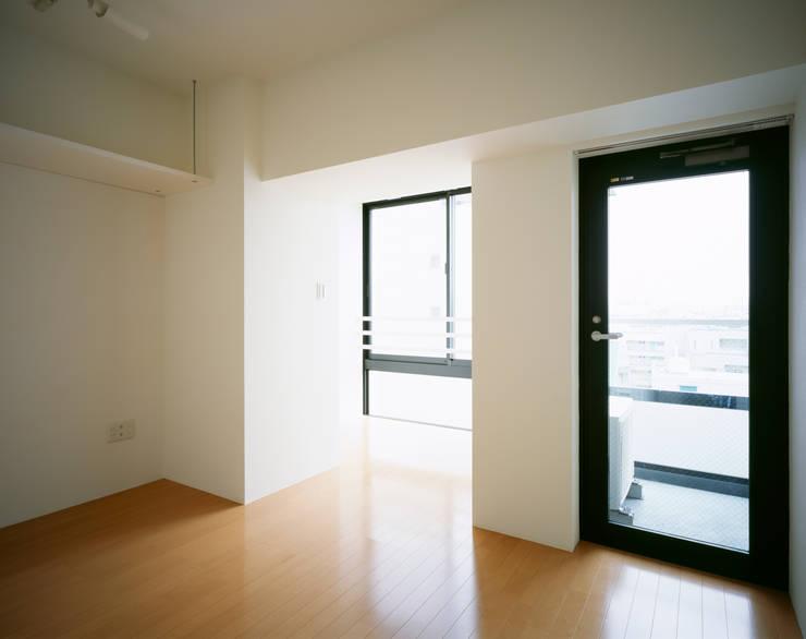 プラザレジデンス8: 片岡直樹設備設計一級建築士事務所が手掛けたリビングです。,モダン