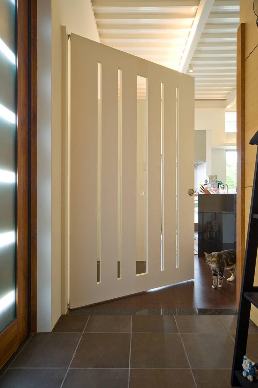 ねこハウス: sngDESIGNが手掛けた廊下 & 玄関です。,モダン