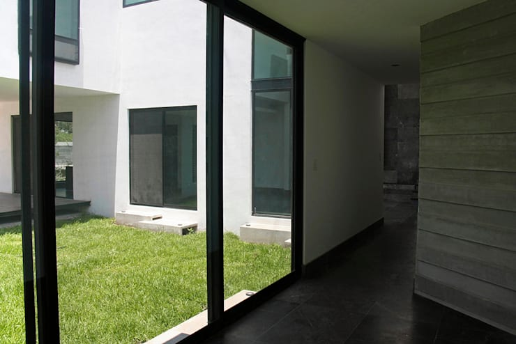 Acceso: Pasillos y recibidores de estilo  por Narda Davila arquitectura