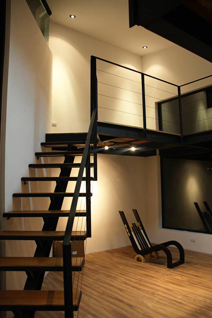 Escalera en biblioteca: Estudios y oficinas de estilo  por Narda Davila arquitectura