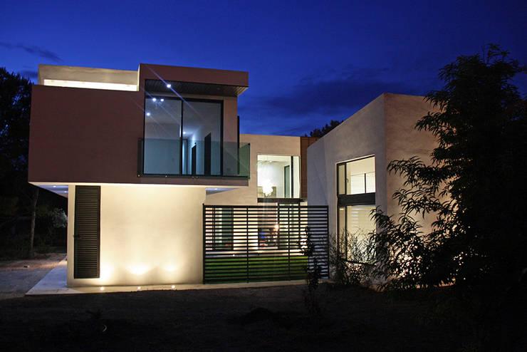 Fachada lateral: Casas de estilo moderno por Narda Davila arquitectura