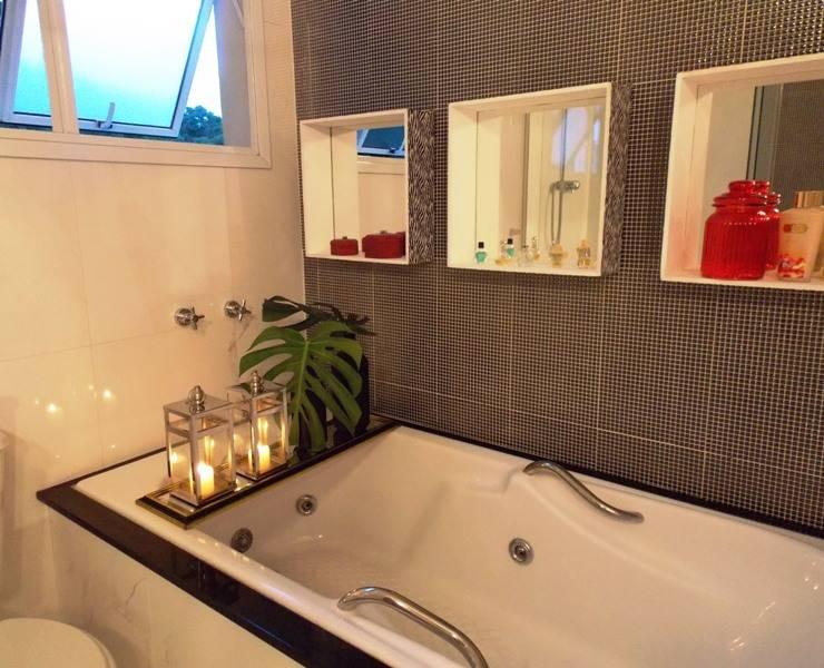 Banho suíte - banheira: Banheiros  por Lúcia Vale Interiores,