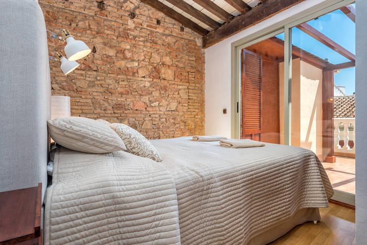 Dormitorios de estilo  por Espacios y Luz Fotografía