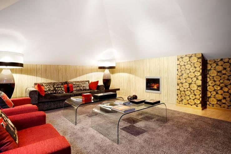 sotão/attic: Salas de estar modernas por 3L, Arquitectura e Remodelação de Interiores, Lda