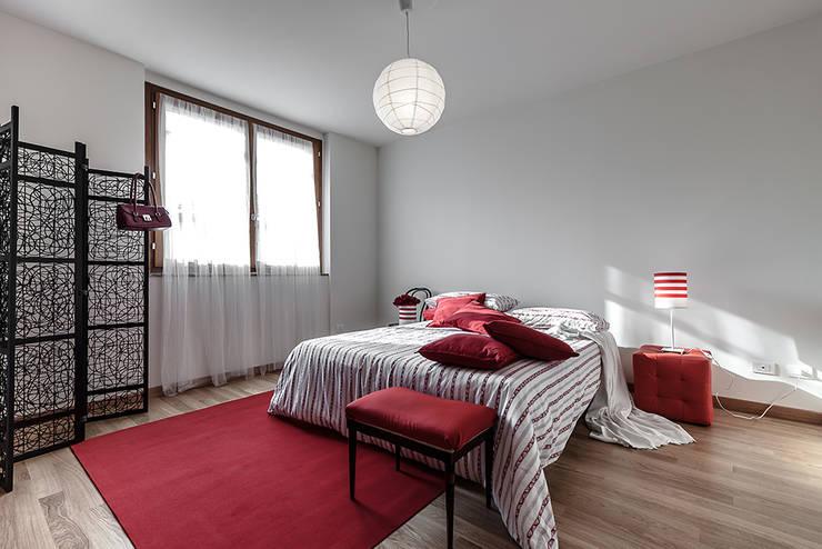 Home Staging presso Centro Residenziale in Lainate (MI): Camera da letto in stile  di Gabriella Sala   Home Staging & Relooking Specialist