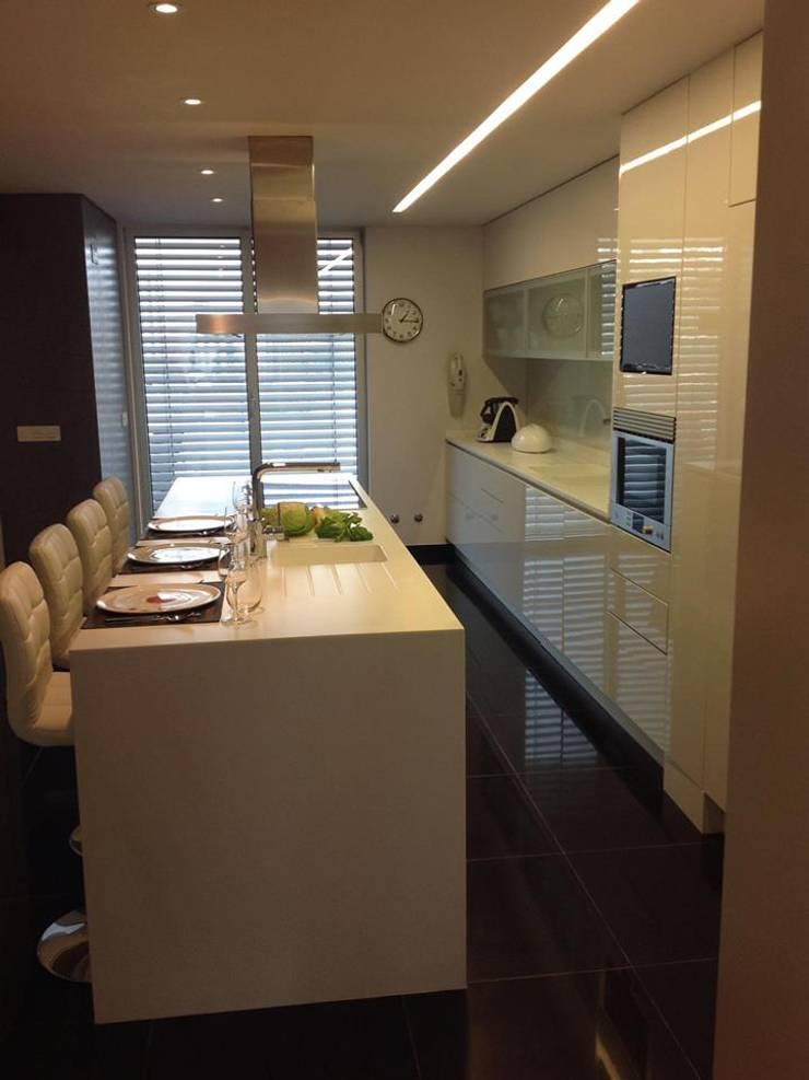 Apartamento Lisboa: Cozinhas  por 3L, Arquitectura e Remodelação de Interiores, Lda