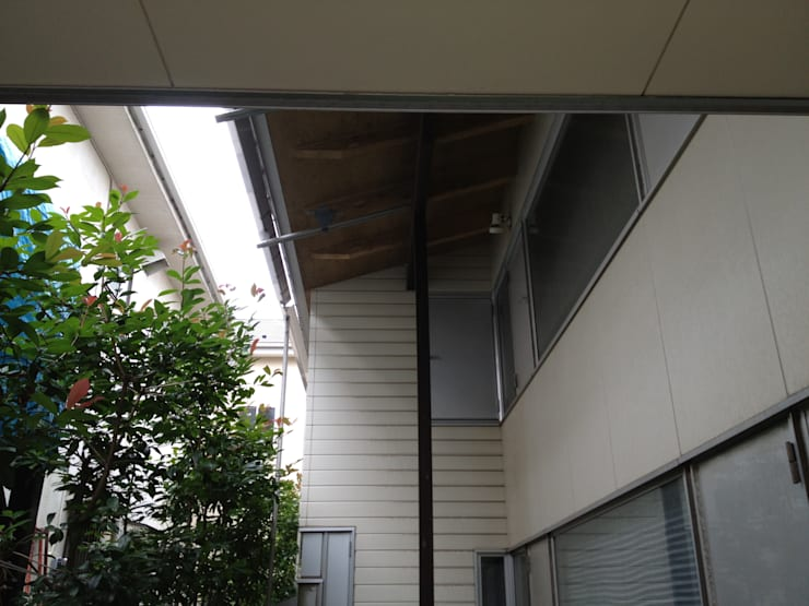 A post supporting eaves tightens exterior space.: 伊藤邦明都市建築研究所が手掛けた家です。,