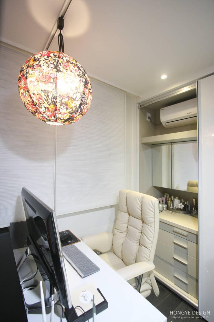 아내가 꿈꾸는 공간, 다이닝룸과 드레스룸이 예쁜 32py : 홍예디자인의  침실