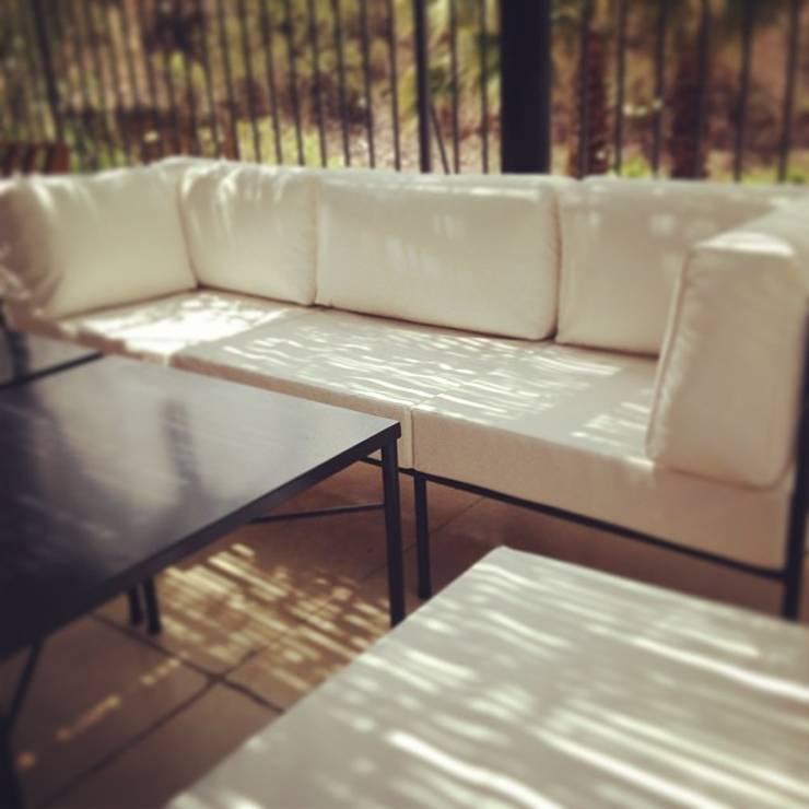LINEA CLASICA – terraza vivienda familiar: Balcones y terrazas de estilo moderno por 72 diseño exterior