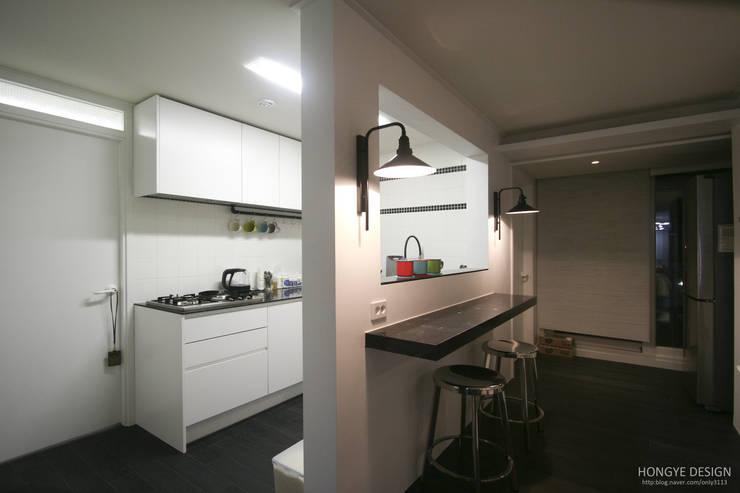 아내가 꿈꾸는 공간, 다이닝룸과 드레스룸이 예쁜 32py : 홍예디자인의  주방