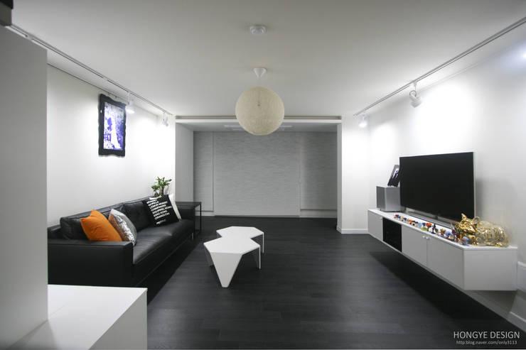 아내가 꿈꾸는 공간, 다이닝룸과 드레스룸이 예쁜 32py : 홍예디자인의  거실