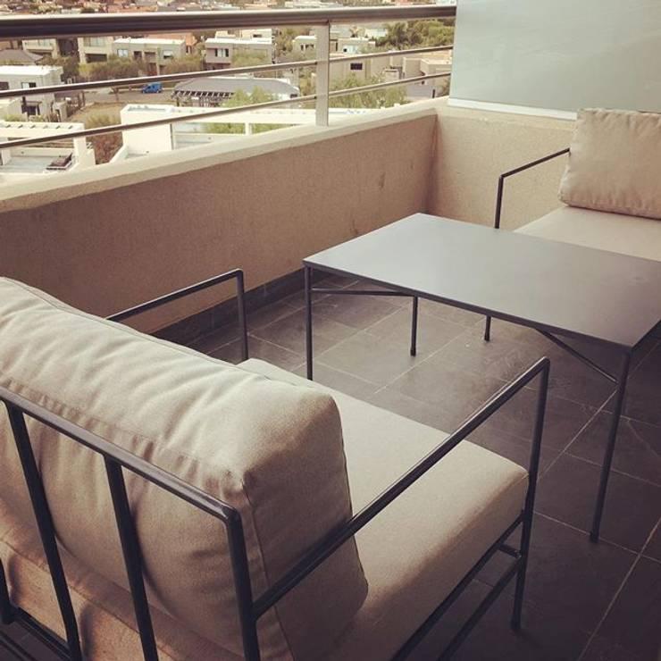 LINEA CLASICA HIERRO - terraza departamento: Balcones y terrazas de estilo  por 72 diseño exterior