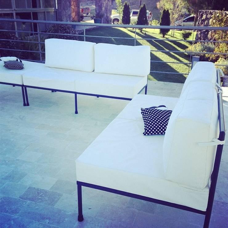 LINEACLASICA - VIVIENDA FAMILIAR: Balcones y terrazas de estilo  por 72 diseño exterior
