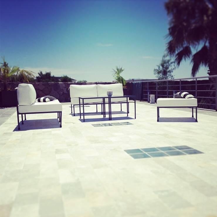 LINEACLASICA – VIVIENDA FAMILIAR: Balcones y terrazas de estilo  por 72 diseño exterior