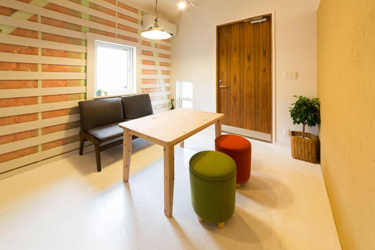 玄関を入ると土足OKのスペースがある: デザインプラネッツ一級建築士事務所が手掛けた廊下 & 玄関です。,