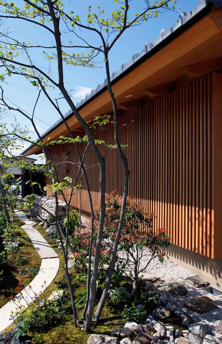 東側外観と庭: 株式会社サン工房が手掛けた家です。