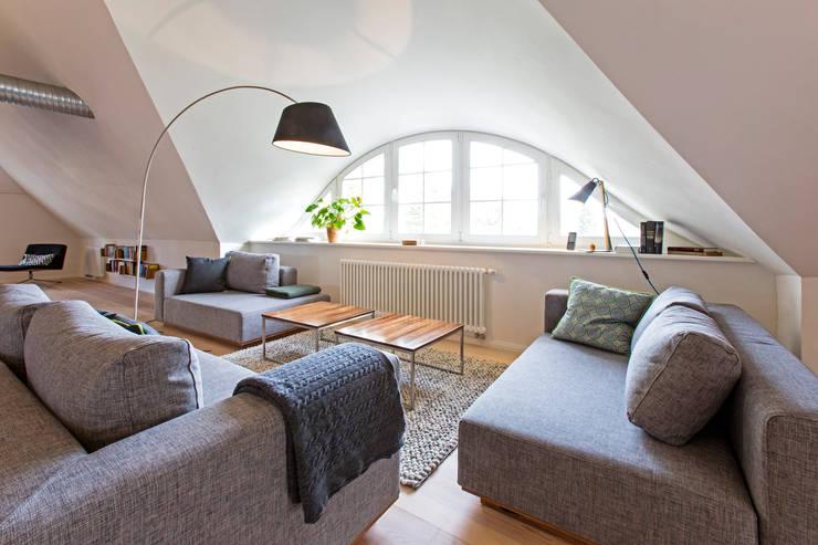 Salas / recibidores de estilo  por Planungsgruppe Barthelmey