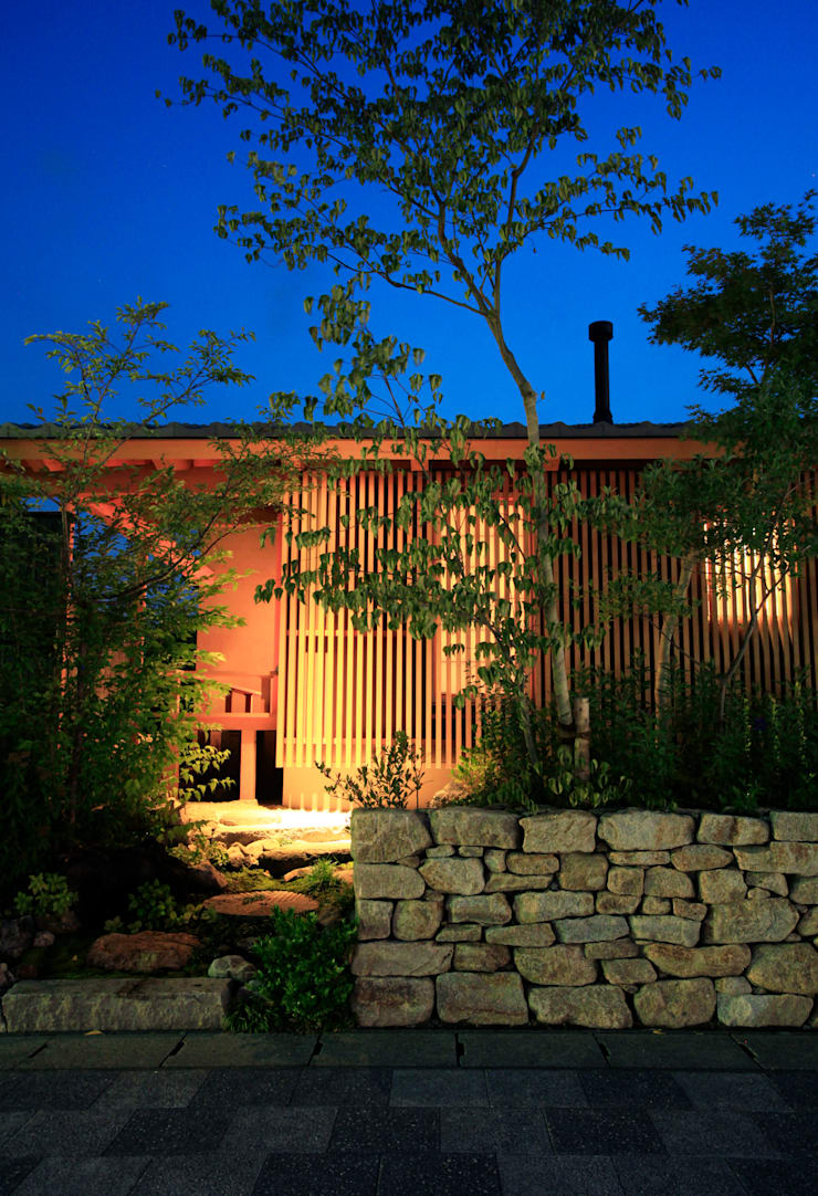 夕景:東側外観: 株式会社サン工房が手掛けた家です。