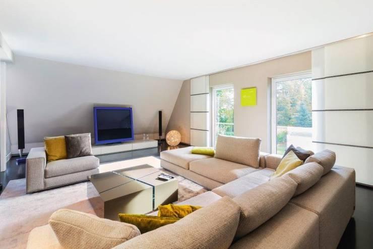 Stilvolle Wohneinrichtung mit exklusiven Marken:  Wohnzimmer von VILLA SALZBURG - Exklusive Wohnkonzepte