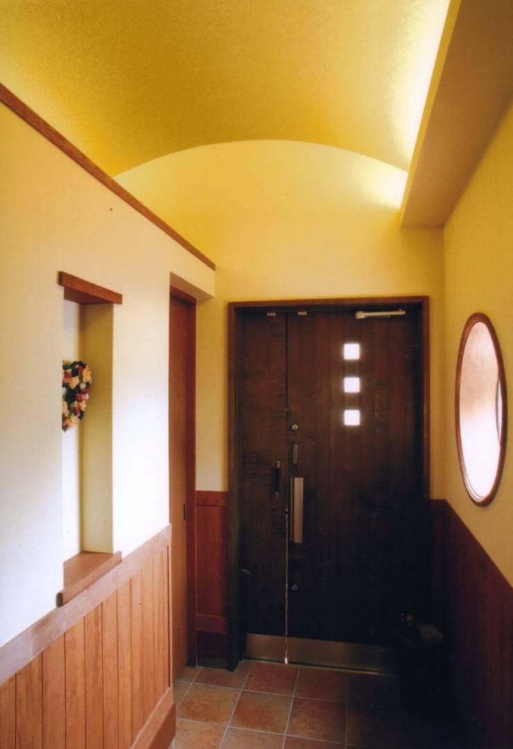 夙川の家: 株式会社 atelier waonが手掛けた廊下 & 玄関です。