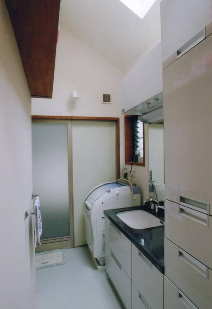 夙川の家: 株式会社 atelier waonが手掛けた浴室です。,モダン